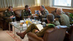 رئيس الأركان الإسرائيلي أفيف كوخافي (الثاني من اليسار) يلتقي برئيس بعثة اليوينفيل ستيفانو ديل كول في مقر الجيش الإسرائيلي بتل أبيب، 1 سبتمبر، 2019. (Israel Defense Forces)