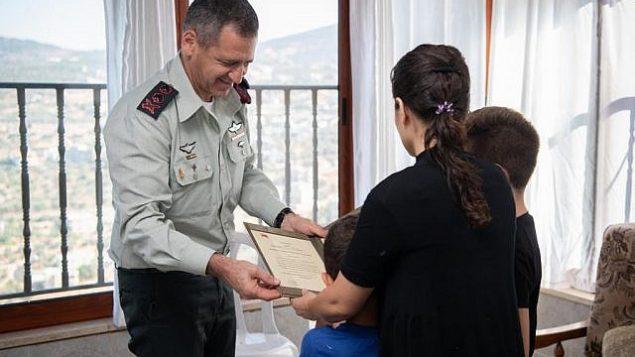 رئيس الأركان الإسرائيلي أفيف كوخافي يكرم عائلة جندي قُتل في مهمة فاشلة في قطاع غزة في العام الماضي، 22 سبتبمر، 2019. (Israel Defense Forces)
