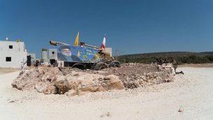 ملصق حزب الله وقاذفة صواريخ داخل موقع يحاكي قرية لبنانية، ضمن برنامج تدريب عسكري، سبتمبر 2019 (Israel Defense Forces)