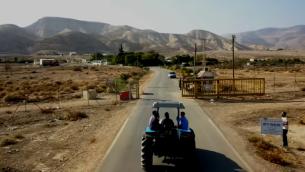 بؤرة ميفؤوت يريحو الاستيطانية في غور الأردن، 2017. (Screen capture/YouTube)