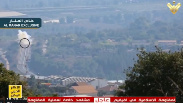 صورة شاشة من قناة المنار، تظهر هجوم 1 سبتمبر 2019 الصاروخي ضد مركبة عسكرية اسرائيلية بالقرب من الحدود، تم بثها في 2 سبتمبر (Twitter, screen capture)