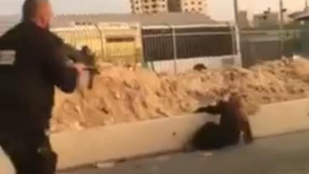 حارس امني يطلق النار على سيدة فلسطينية بغد سحبها سكين في حاجز قلنديا، 18 سبتمبر 2019 (screen capture)