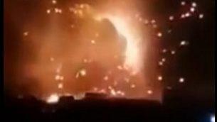 لقطة شاشة من مقطع فيديو يُزعم أنه يظهر غارة جوية على قوات مدعومة من إيران في سوريا، 24 أغسطس، 2019. (screen capture: Twitter)