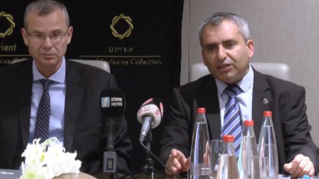 الوزيران يريف ليفين (يسار) وزئيف إلكين (الليكود) يتحدثان لوسائل الإعلام قبيل المفاوضات مع حزب 'أزرق أبيض'، 27 سبتمبر، 2019. (video screenshot)