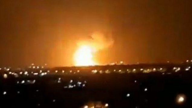 انفجارات في قطاع غزة بعد غارة إسرائيلية ردا على إطلاق صاروخين على مدينتي أشدود وأشكلون الإسرائيلتين، 11 سبتمبر، 2019. (Screencapture/Twitter)