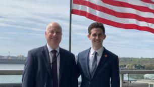 المبعوث  الأمريكي للشرق الأوسط المنتهية ولايته، جيسون غرينبلات، مع خليفته في المنصب آفي بركوفيتش في صورة من شهر أبريل. (Twitter)