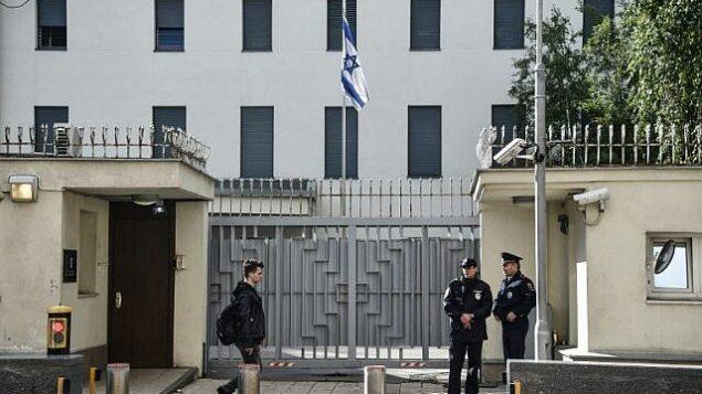 توضيحية: الشرطة الروسية تحرس مبنى السفارة الإسرائيلية في موسكو، 18 ستبمبر، 2018. (AFP / Vasily MAXIMOV)
