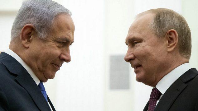 رئيس الوزراء بنيامين نتنياهو يتحدث مع الرئيس الروسي فلاديمير بوتين خلال لقاء في الكرملين بموسكو، 4 أبريل، 2019 (Alexander Zemlianichenko/POOL/AFP)