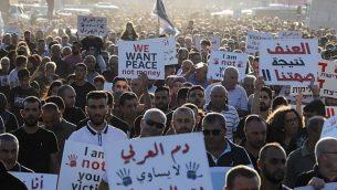 مواطنون عرب في إسرائيل يتظاهرون ضد العنف والجريمة المنظمة وجرائم القتل التي شهدتها بلداتهم مؤخرا، في قرية مجد الكروم في شمال البلاد، 3 أكتوبر، 2019. (Ahmad GHARABLI / AFP)