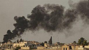 الدخان يتصاعد في أعقاب قصف تركي لبلدة راس العين في محافظة الحسكة شمال شرق سوريا على الحدود مع تركيا، 9 أكتوبر، 2019. (Delil SOULEIMAN / AFP)