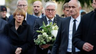 الرئيس الالماني فرانك فالتر شتانماير وزوجته الكي بويدينبندر يصلان الكنيس في هاله، يوما بعد الهجوم الذي راح ضحيته شخصين، 10 اكتوبر 2019 (AXEL SCHMIDT / AFP)