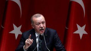 الرئيس التركي رجب طيب إردوغان يلقي كلمة خلال اجتماع مطول مع رؤساء المقاطعات لحزب 'العدالة والتنمية' في أنقرة، تركيا، 10 أكتوبر، 2019.  (Adem ALTAN / AFP)