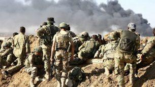قوات تركية ومتمردون سوريون مدعومون من تركيا يحتشدون خارج بلدة راس العين الحدودية في 12 أكتوبر، 2019، خلال هجومهم على بلدات حدودية يسيطر عليها الأكراد في سوريا. (Nazeer Al-Khatib/AFP)