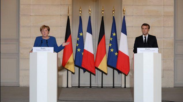 الرئيس الفرنسي إيمانويل ماكرون (يسار) والمستشارة الألمانية أنغيلا ميركل خلال مؤتمر صحفي مشترك في قصر الإليزيه بباريس، 13 أكتوبر، 2019. ( ludovic MARIN / POOL / AFP)