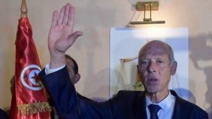 الأكاديمي المحافظ قيس سعيّد يحتفل بانتصاره في الانتخابات الرئاسية التونيسية في العاصمة تونس، 13 أكتوبر، 2019. (Fethi Belaid / AFP)