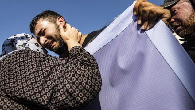 مشيعون يشاركون في جنازة القائدة السياسية الكردية هفرين خلف وآخرون بمن فيهم مدنيون ومقاتلون أكراد، في المالكية شمال شرق سوريا، 13 أكتوبر، 2019. ( Delil SOULEIMAN / AFP)