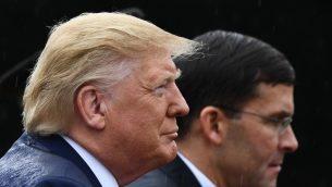 الرئيس الأمريكي دونالد ترامب (يسار) ووزير الدفاع الأمريكي مارك إسبر يشاركان في مراسم  حفل استقبال للقوات المسلحة على شرف الرئيس العشرين لهيئة الأركان الأمريكية المشتركة، 30 سبتمبر، 2019 في سمرول فيلد، قاعدة ماير هندرسون هول المشتركة، فيرجينا. (Brendan Smialowski / AFP)