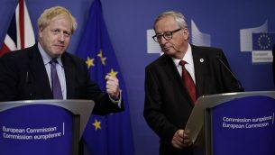 رئيس الوزراء البريطاني بوريس جونسون (يسار) ورئيس المفوضية الأوروبية جان كلود يونكر في مؤتمر صحفي خلال قمة الاتحاد الأوروبي في مقر الاتحاد الأوروبي في بروكسل، 17 اكتوبر 2019 (KENZO TRIBOUILLARD / AFP)