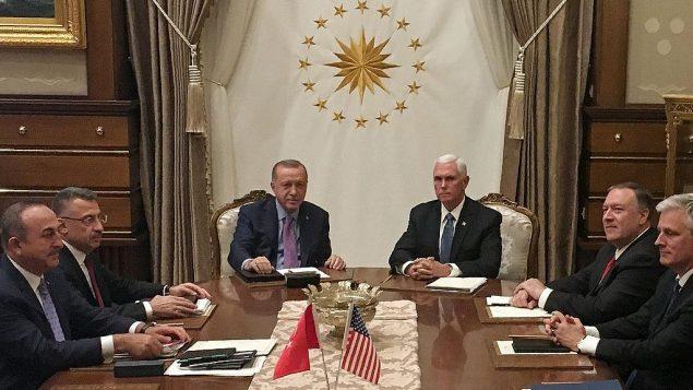 الرئيس التركي رجب طيب أردوغان (مركز يسار)، نائب الرئيس الأمريكي مايك بينس (مركز يمين)، مع وزير الخارجية الامريكي مايك بومبو (الرابع من اليمين)، نائب الرئيس التركي فؤاد أقطاي (الرابع من اليسار)، وزير الخارجية التركي مولود جاويش أوغلو (الثالث من اليسار) وكبار مساعديه، في المجمع الرئاسي في أنقرة، 17 اكتوبر 2019 (Shaun TANDON / POOL / AFP)