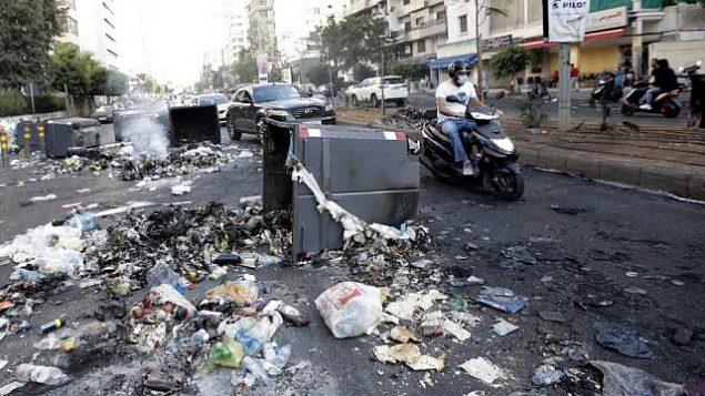الحطام يملأ الشارع بعد مواجهات عنيفة بين متظاهرين وقوات الأمن في وسط العاصمة بيروت, 19 أكتوبر 2019 ، في أعقاب احتجاج على الظروف الاقتصادية القاسية. (Anwar Amro/AFP)