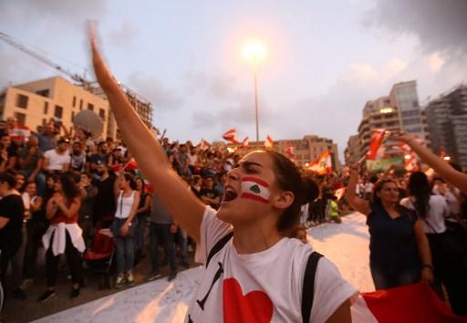 متظاهرون لبنانيون يهتفون شعارات أثناء مشاركتهم في مظاهرة حاشدة في وسط مدينة بيروت، 20 أكتوبر 2019. (Anwar AMRO / AFP)