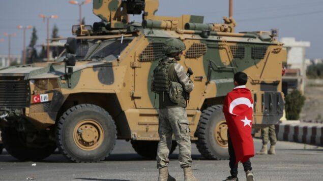 جنود أتراك يقومون بدورية في بلدة تل الأبيض الحدودية السورية، على الحدود بين سوريا وتركيا، 23 أكتوبر، 2019. (Bakr ALKASEM / AFP)