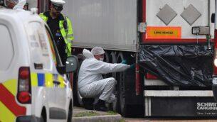 طواقم الفحص الجنائي البريطانية تعمل على شاحنة عُثر غيها على 39 جثة في المنطقة الصناعية ووترغليد في غريز، شرق لندن، 23 أكتوبر، 2019.  (Photo by Ben STANSALL / AFP)