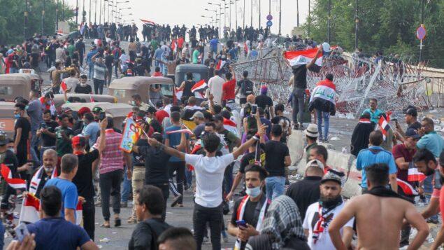 متظاهرون عراقيون يتظاهرون في وسط بغداد ضد الحكومة، 25 أكتوبر، 2019.  (AFP)
