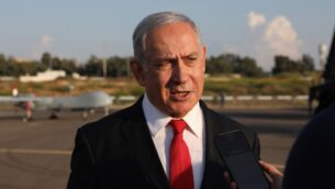 رئيس الوزراء بنيامين نتنياهو يتحدث مع وسائل الإعلام في معرض لسلاح الجو الإسرائيلي في قاعدة 'بلماحيم' الجوية بالقرب من مدينة ريشون لتسيون، 27 أكتوبر، 2019. ( Abir SULTAN / POOL / AFP)