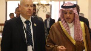 وزير الخارجية السعودية عادل الجبير (يمين) يتحدث مع جيسون غرينبلات، مساعد الرئيس الأمريكي وممثله الخاص للمفاوضات الدولية، خلال القمة العربية في منتج السويمة الأردني على ضفاف البحر الأحمر، 29 مارس، 2017.   (AFP Photo/Khalil Mazraawi)