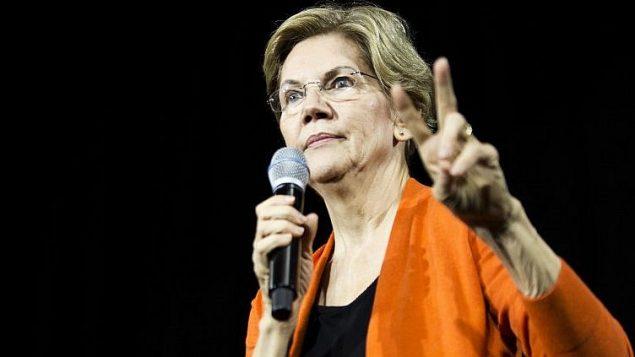السناتور إليزابيث وارن، المرشحة الرئاسية الديمقراطية، تتحدث خلال حدث في بلدية نورفولك، فرجينيا، 18 أكتوبر 2019 (Zach Gibson/Getty Images/AFP)