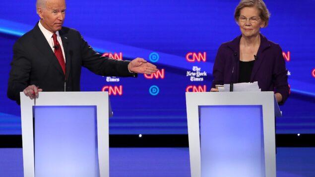 نائب الرئيس السابق جو بايدن يتحدى السناتور إليزابيث وارن خلال المناظرة الرئاسية الديمقراطية في جامعة أوتيربين، 15 أكتوبر 2019 في ويسترفيل، أوهايو (WIN MCNAMEE / GETTY IMAGES NORTH AMERICA / AFP)