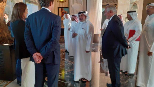 ولي العهد البحريني، سلمان بن حمد بن عيسى آل خليفة يصل إلى ورشة 'من السلام إلى الازدهار' المنعقدة في العاصمة البحرينية المنامة، 25 يونيو، 2019. (Raphael Ahren/Times of Israel)