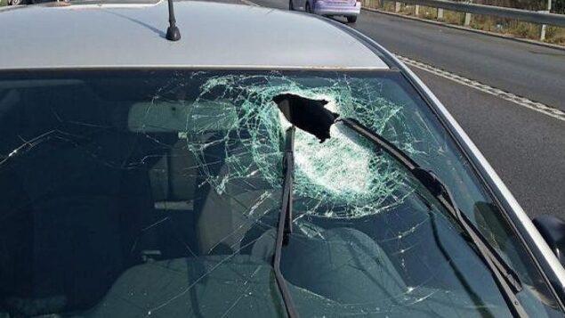 الزجاج الأمامي لسيارة أصيب سائقها بصخرة وأصيب بجروح متوسطة في الضفة الغربية ، 20 سبتمبر 2019. (Rescue services)