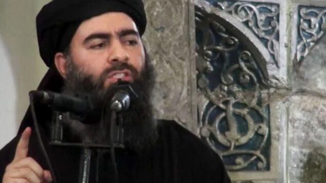 صورة شاشة من فيديو اصدره تنظيم الدولة الإسلامية في 5 يوليو 2014، يظهر فيه زعيم التنظيم ابو بكر البغدادي يلقي خطابا في مسجد في العراق (AP/Militant video, File)