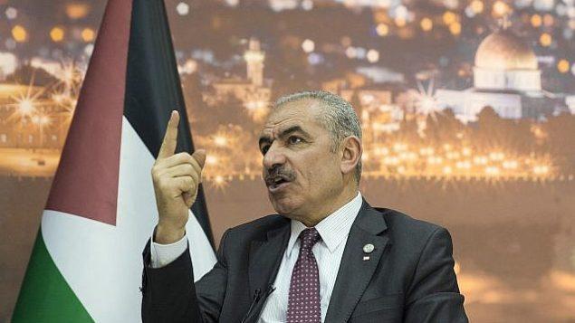 رئيس الوزراء الفلسطيني محمد شتية يتكلم خلال مقابلة مع وكالة 'أسوشيتد برس' في مكتبه في رام الله بالضفة الغربية، 16 أبريل، 2019. (AP Photo/Nasser Nasser)