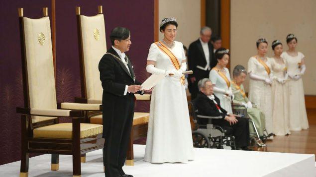 الإمبراطور الياباني الجديد ناروهيتو ، ترافقه الإمبراطورة ماساكو، يقدم أول خطاب له بعد ان خلف والده أكيهيتو في القصر الإمبراطوري في طوكيو، 1 مايو 2019 (Japan Pool via AP)