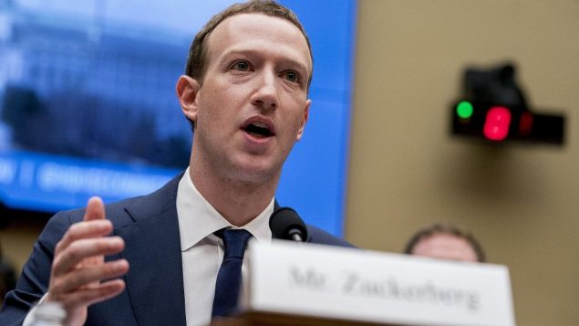 الرئيس التنفيذي لشركة فيسبوك مارك زوكربرغ أثناء الإدلاء بشهادته أمام جلسة استماع للجنة التجارة والطاقة في الكابيتول هيل في واشنطن، 11 أبريل 2018 (AP Photo/Andrew Harnik)