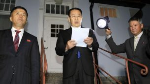 المفاوض الكوري الشمالي كيم ميونغ غيل يقرأ تصريح امام السفارة الكورية الشمالية في ستوكهولم، السويد، 5 اكتوبر 2019 (Kyodo News via AP)