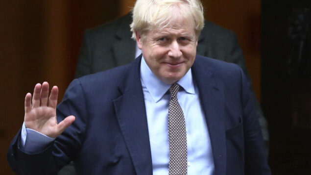 رئيس الوزراء البريطاني بوريس جونسون يغادر 10 داونينج ستريت، وهو في طريقه إلى البرلمان في لندن، 24 أكتوبر 2019. (Hollie Adams/PA via AP)