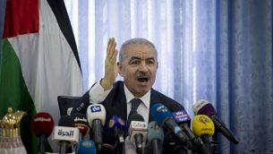 رئيس وزراء السلطة الفلسطينية محمد اشتية يقود اجتماعاً لمجلس الوزراء في قرية فصايل بغور الأردن، 16 سبتمبر 2019 (Majdi Mohammed/AP)