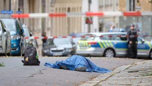 جثة ملقاة على طريق في مدينة هالة الألمانية، 9 أكتوبر، 2019، بعد هجوم إطلاق نار. (Sebastian Willnow/dpa via AP)