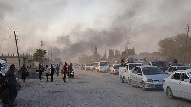 سوريون يفرون من القصف من قبل القوات التركية في رأس العين ، شمال شرق سوريا، 9 اكتوبر 2019 (AP Photo)