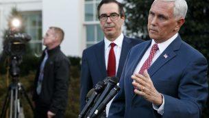 نائب الرئيس مايك بينس، مع وزير الخزانة ستيفن منوشين، يتحدث للصحفيين خارج الجناح الغربي للبيت الأبيض، 14 اكتوبر 2019 (AP Photo/Jacquelyn Martin)