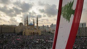 متظاهرون مناهضون للحكومة يرددون شعارات في بيروت، لبنان، 20 أكتوبر 2019 (AP Photo / Hassan Ammar)