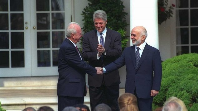 رئيس الوزراء الإسرائيلي يتسحاق رابين (يسار)، والرئيس الأمريكي بيل كلينتون وملك الأردن الحسين بن طلال، في البيت الأبيض، 25 يوليو، 1994. (Saar Yaacov/GPO)