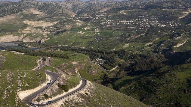 صورة من الجو للحدو الإسرائيلية-الأردنية. (Matanya Tausig/Flash 90)