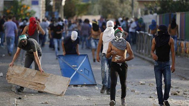 توضيحية: اشتباكات بين محتجين فلسطينيين والشرطة الإسرائيلية في حي العيساوية بالقدس الشرقية، 5 أكتوبر، 2015.  (Flash90)