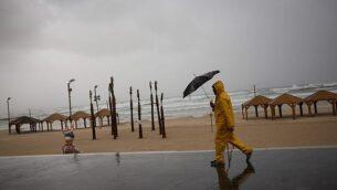 شاطئ تل أبيب في يوم شتاء عاصف، 5 يناير، 2018.  (Miriam Alster/Flash90)