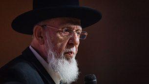 زعيم 'شاس' الروحي الحاخام شالوم كوهين يتحدث في مؤتمر 'شاس' في القدس، 27 سبتمبر 2018 (Aharon Krohn/Flash90)